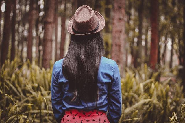 dívka s kloboukem